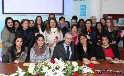 Takim i ngrohtë me gra dhe vajza pjesë të komuniteteve rome dhe egjiptiane të qytetit. Certifikata vlerësimi nga Bashkia Korçë për gratë që janë afirmuar duke thyer pengesat dhe paragjykimet.