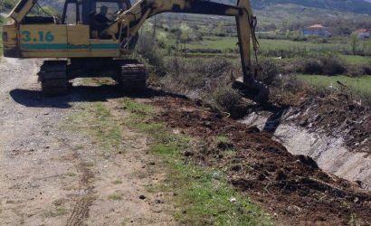 Pastrimi i kanaleve ujitëse në fshatin Boboshticë