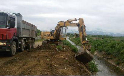 Pastrimi i kanaleve ujitëse në fshatin Biranj