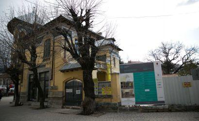 """Vazhdojnë punimet për ndërtimin e muzeut """"Gjon Mili"""" në Korçë."""