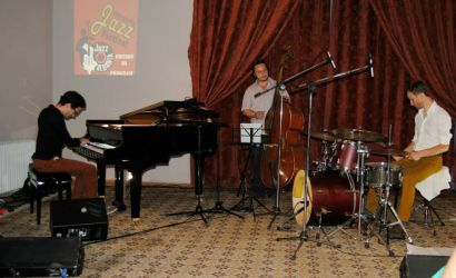 "Grupi cek ""Martin Brunner Trio"" performon per publikun korcar"