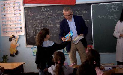 Bashkia Korce shperndan libra shkollore per femijet ne nevoje.