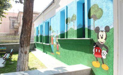Ngjyra dhe personazhe në fasadën e kopshtit nr.10 të qytetit