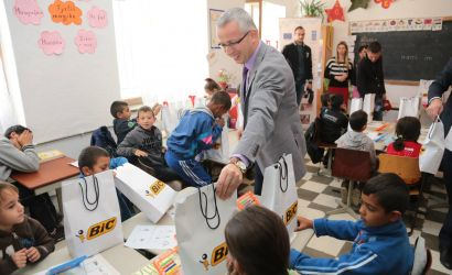 Bashkia Korçë shpërndan mjete shkollore për fëmijët në nevojë