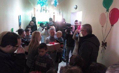 Kryebashkiaku Filo shpërndan dhurata për pacientët e vegjël