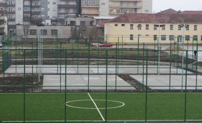 Terreni sportiv i shkollës bujqësore falë investimit të bashkisë së qytetit do të ofrojë shumë shpejt për nxënësit dhe të rinjtë e lagjes 17 ( Radaneci ) mundësine për të luajtur në fusha të reja minifutbolli, basketbolli dhe volejbolli.